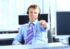 Χαμογελώντας νέος επιχειρηματίας στο γραφείο. Στοκ εικόνα με δικαίωμα ελεύθερης χρήσης