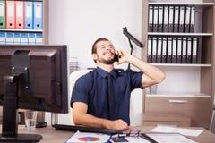 Χαμογελώντας νέος επιχειρηματίας στο μπλε πουκάμισο και δεσμός που μιλά στο π Στοκ Φωτογραφίες