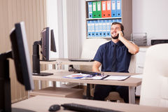Χαμογελώντας νέος ελκυστικός επιχειρηματίας στο μπλε talki πουκάμισων και δεσμών Στοκ φωτογραφίες με δικαίωμα ελεύθερης χρήσης