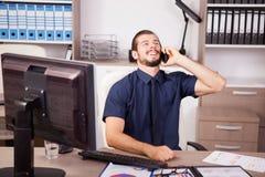 Χαμογελώντας νέος ελκυστικός επιχειρηματίας στο μπλε talki πουκάμισων και δεσμών Στοκ Εικόνα