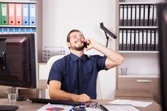 Χαμογελώντας νέος ελκυστικός επιχειρηματίας στο μπλε talki πουκάμισων και δεσμών Στοκ Φωτογραφίες