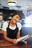 Χαμογελώντας νέος ιδιοκτήτης σπιτιών καφέ Στοκ φωτογραφία με δικαίωμα ελεύθερης χρήσης