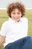 Χαμογελώντας νέο αγόρι που θέτει άνετα Στοκ εικόνα με δικαίωμα ελεύθερης χρήσης