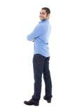 Χαμογελώντας νέο αραβικό επιχειρησιακό άτομο πουκάμισο που απομονώνεται στο μπλε στο μόριο Στοκ Εικόνες