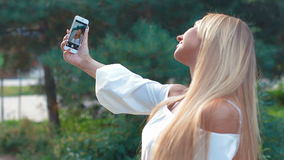 Χαμογελώντας νέο κορίτσι που κάνει selfie απόθεμα βίντεο
