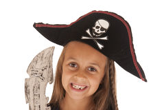 Χαμογελώντας νέο κορίτσι στο καπέλο του πειρατή αποκριών με το ξίφος Στοκ Εικόνες