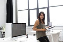 Χαμογελώντας νέο σημειωματάριο εκμετάλλευσης επιχειρησιακών γυναικών Στοκ φωτογραφία με δικαίωμα ελεύθερης χρήσης