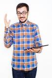 Χαμογελώντας νεαρός άνδρας με μια ταμπλέτα στοκ εικόνα