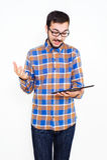 Χαμογελώντας νεαρός άνδρας με μια ταμπλέτα Στοκ Φωτογραφία