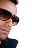Χαμογελώντας νεαρός άνδρας με τα γυαλιά ηλίου στοκ εικόνα με δικαίωμα ελεύθερης χρήσης