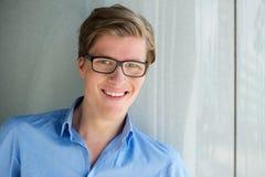 Χαμογελώντας νεαρός άνδρας με τα γυαλιά Στοκ Εικόνες