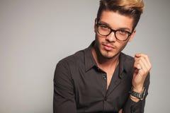 Χαμογελώντας νεαρός άνδρας με τα γυαλιά Στοκ Φωτογραφίες