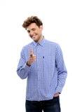 Χαμογελώντας νεαρός άνδρας που δείχνει στη κάμερα Στοκ φωτογραφία με δικαίωμα ελεύθερης χρήσης