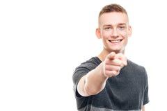 Χαμογελώντας νεαρός άνδρας που δείχνει το δάχτυλο στη κάμερα Στοκ φωτογραφίες με δικαίωμα ελεύθερης χρήσης