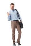 Χαμογελώντας νεαρός άνδρας που εξετάζει το τηλέφωνο που βλέπει τις καλές ειδήσεις Στοκ Εικόνα