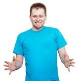 Χαμογελώντας νεαρός άνδρας που κάτι και με τα δύο χέρια Στοκ εικόνα με δικαίωμα ελεύθερης χρήσης