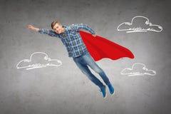 Χαμογελώντας νεαρός άνδρας που πηδά στον αέρα Στοκ Φωτογραφίες