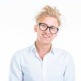 Χαμογελώντας νεαρός άνδρας που φορά τα γυαλιά και ένα άσπρο πουκάμισο Στοκ Φωτογραφίες