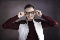 Χαμογελώντας νεαρός άνδρας που φορά τα γυαλιά Στοκ Φωτογραφίες