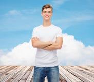 Χαμογελώντας νεαρός άνδρας στην κενή άσπρη μπλούζα Στοκ φωτογραφία με δικαίωμα ελεύθερης χρήσης