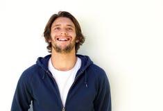 Χαμογελώντας νεαρός άνδρας στο άσπρο υπόβαθρο που ανατρέχει Στοκ Εικόνες