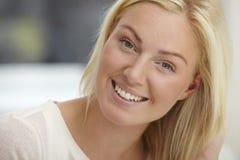 χαμογελώντας νεολαίες γυναικών Στοκ εικόνες με δικαίωμα ελεύθερης χρήσης