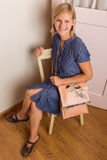 Χαμογελώντας ξανθή γυναίκα με το ρόδινο πορτοφόλι Στοκ Εικόνες