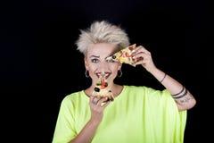 Χαμογελώντας ξανθό κορίτσι με το αρχικό makeup και το λαμπρά χρωματισμένο πτερύγιο Στοκ φωτογραφίες με δικαίωμα ελεύθερης χρήσης
