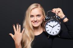 Χαμογελώντας ξυπνητήρι και υπολογισμός εκμετάλλευσης γυναικών Στοκ Εικόνες