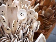 Χαμογελώντας ξύλινα κουτάλια Μαγειρεύοντας εργαλεία Στοκ Εικόνες