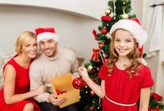 Χαμογελώντας οικογένεια που διακοσμεί το χριστουγεννιάτικο δέντρο Στοκ εικόνες με δικαίωμα ελεύθερης χρήσης