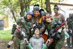 Χαμογελώντας ομάδα φορέων paintball υπαίθρια Στοκ Φωτογραφίες