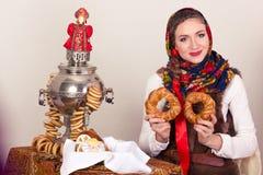 Χαμογελώντας ονειρεμένος αγρότισσα με bagels στο σάλι στη Παραμονή Πρωτοχρονιάς Στοκ Εικόνα