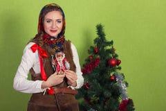 Χαμογελώντας ονειρεμένος γυναίκα στο σάλι με το κόκκινο δώρο εκμετάλλευσης στη Παραμονή Πρωτοχρονιάς Στοκ φωτογραφία με δικαίωμα ελεύθερης χρήσης