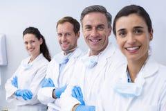 Χαμογελώντας οδοντίατροι που στέκονται με τα όπλα που διασχίζονται Στοκ φωτογραφία με δικαίωμα ελεύθερης χρήσης