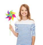 Χαμογελώντας παιδί με το ζωηρόχρωμο παιχνίδι ανεμόμυλων Στοκ εικόνες με δικαίωμα ελεύθερης χρήσης