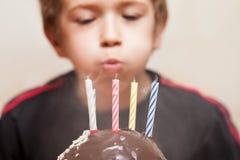 Χαμογελώντας παιδί με το κερί κέικ γενεθλίων Στοκ φωτογραφία με δικαίωμα ελεύθερης χρήσης