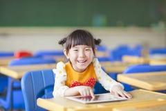 Χαμογελώντας παιδί που χρησιμοποιεί την ταμπλέτα ή ipad στοκ φωτογραφία με δικαίωμα ελεύθερης χρήσης