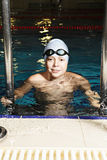 Χαμογελώντας παιδί στην πισίνα στοκ φωτογραφία