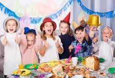 Χαμογελώντας παιδιά ευτυχή να γιορτάσουν friend's τα γενέθλια Στοκ φωτογραφία με δικαίωμα ελεύθερης χρήσης