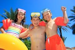 Χαμογελώντας παιδιά στα κοστούμια λουσίματος στοκ φωτογραφία με δικαίωμα ελεύθερης χρήσης