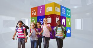 Χαμογελώντας παιδιά σχολείου που αντιτίθενται τα εικονίδια apps Στοκ Φωτογραφίες