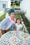 Χαμογελώντας πατέρας και κόρη στο κοστούμι νεράιδων στοκ φωτογραφίες