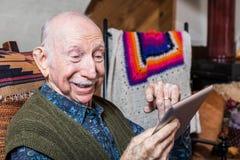Χαμογελώντας παλαιότερος κύριος με την ταμπλέτα Στοκ Εικόνες