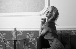 Χαμογελώντας περίπλοκη γυναίκα Πυροβολισμός bw Στοκ Εικόνα