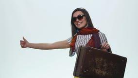 Χαμογελώντας περιστασιακή γυναίκα που δείχνει το δάχτυλο που απομονώνεται μακριά σε ένα άσπρο υπόβαθρο στοκ φωτογραφία