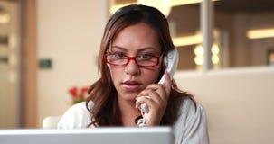Χαμογελώντας περιστασιακή επιχειρηματίας που έχει ένα τηλεφώνημα φιλμ μικρού μήκους