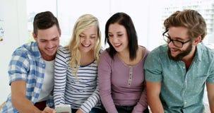 Χαμογελώντας περιστασιακή επιχειρησιακή ομάδα που παίρνει selfies φιλμ μικρού μήκους