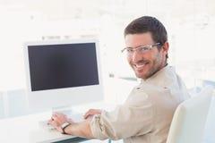 Χαμογελώντας περιστασιακός επιχειρηματίας στο γραφείο του Στοκ Φωτογραφίες