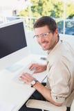 Χαμογελώντας περιστασιακός επιχειρηματίας στο γραφείο του Στοκ φωτογραφίες με δικαίωμα ελεύθερης χρήσης